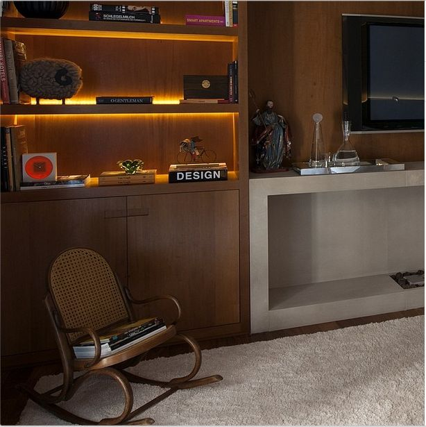 detalhe para a iluminação da estante e a lareira sob a TV projeto by Juliana Di Nardo