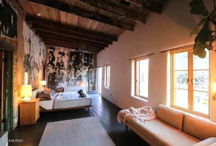 Diane Keaton S 1 5 Million Adobe Home In Tucson Defines Desert Chic Home Adobe House Bedroom Sitting Room