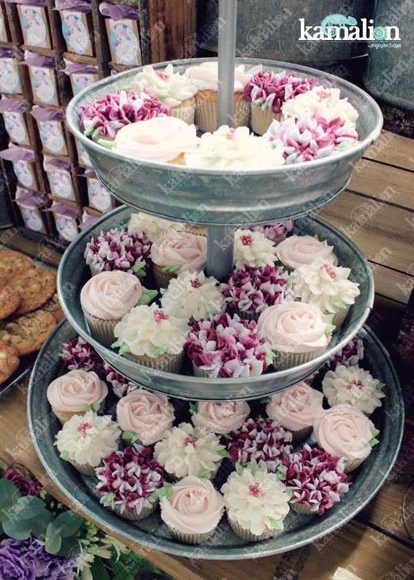 www.kamalion.com.mx - Mesa de Dulces / Candy Bar / Postres / Boda / Purple / Pink / Rustic Decor / Dulces / Wedding / Lechero / Maletas / Reloj / Vintage / Macaroons / Cupcakes / Flowers.