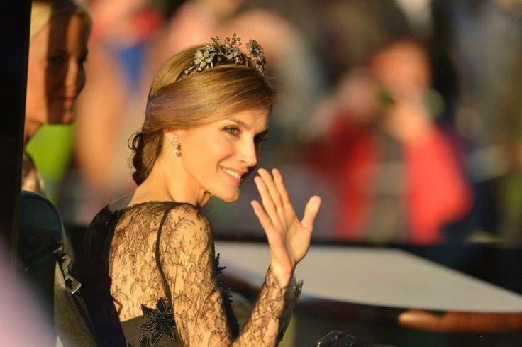 La corona, simbolo di potere e accessorio di tendenza - Letizia Ortis con la corona