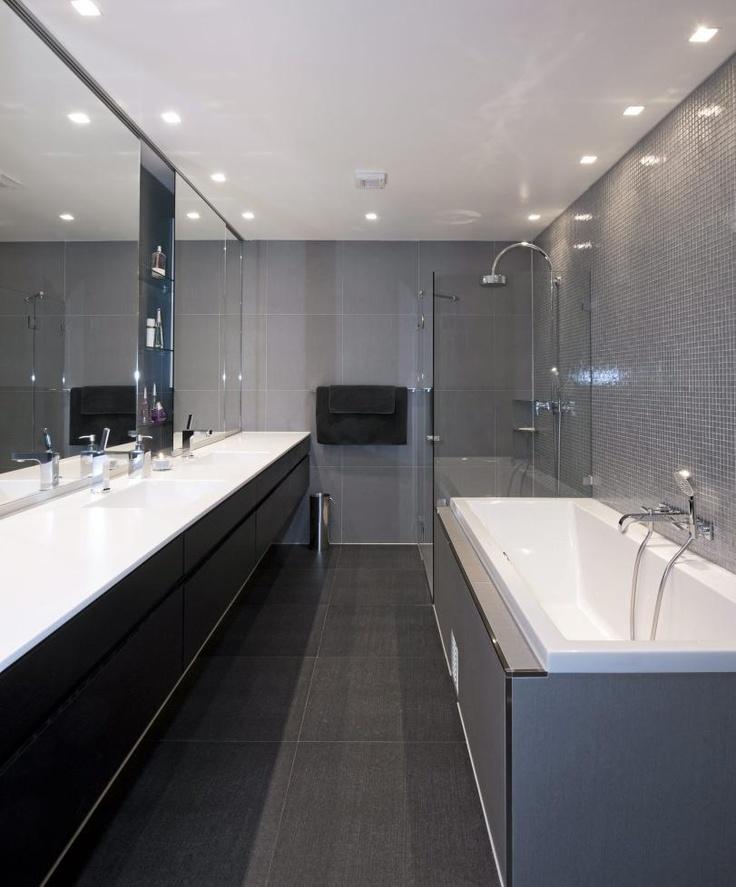 EKSPERTEN FORSTØRRET BADET: Trond Ramsøskar  tegnet dette baderommet med speil fra benketopp til tak. Dette bidrar til visuelt å utvide rommet.  FOTO: Espen Grønli