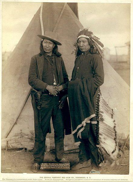 Nube Roja (derecha) junto a su compatriota sioux oglala, el jefe Caballo Americano.