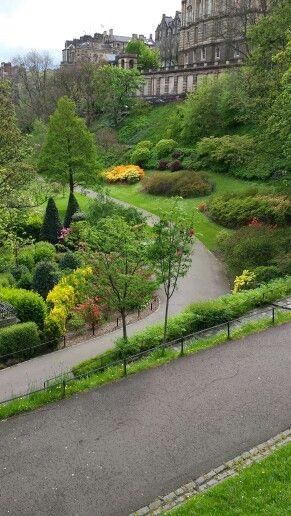 Princes Street Garden nedanför Edinburgh Castle.
