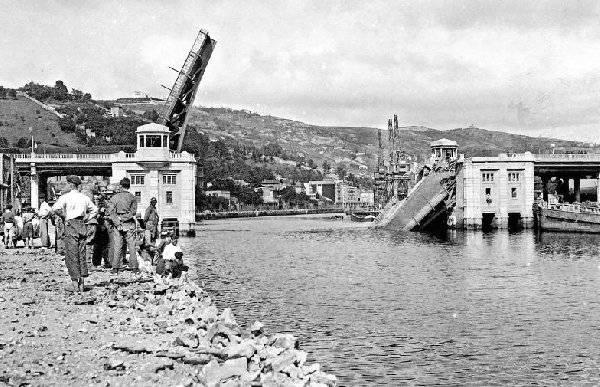 Spanish civil war. Deusto bridge destroyed, Bilbao, 1.937
