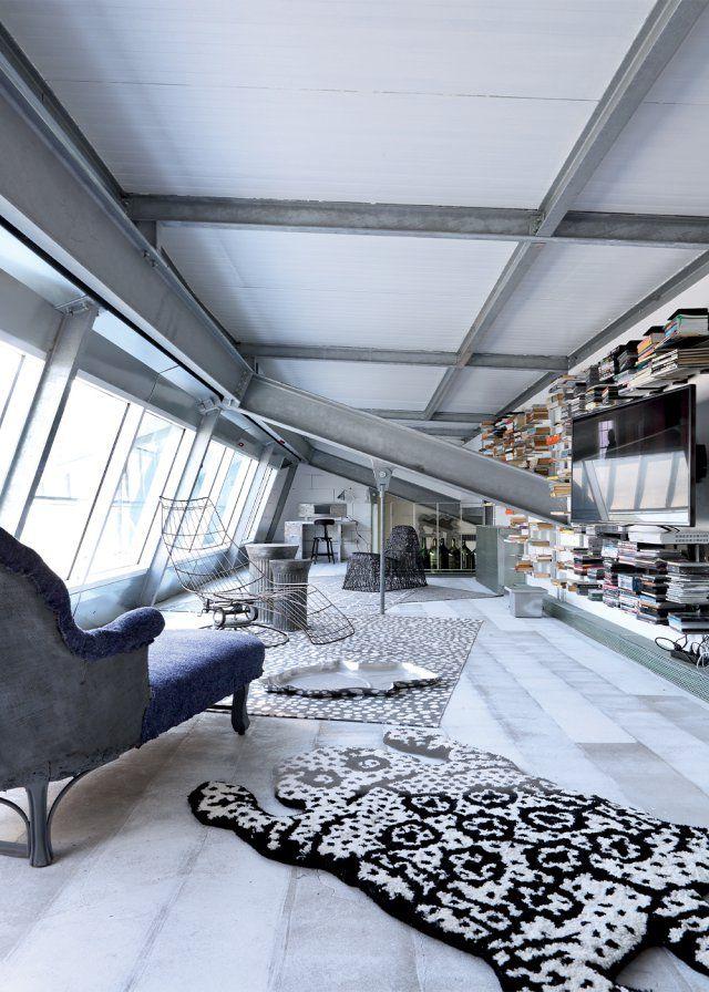 Un salon gris tout en longueur