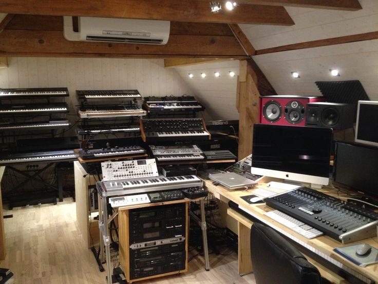 Studio d'enregistrement de musique MDDP. Un vaste choix de claviers vintages et contemporains, couvrant une signature sonore des années 60 à nos jours.
