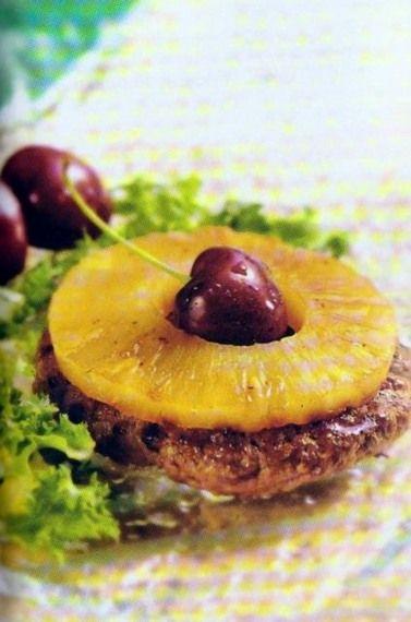 Gekruide gehaktballen met ananas. Ingrediënten voor 4 personen: • 400 gram half-om-half gehakt • Geraspte nootmuskaat • Kruidnagelpoeder • 50 gram vlugkokende havermout • 1 ei • 80 gram boter • 1 grote ui • 1/2 theelepel kerrie • 4 tot 8 schijven ananas uit blik • Paneermeel • Aroma • Peper • Zout. Bekijk de bereiding van het recept hier www.roetgering.gildeslager.nl