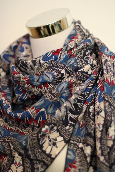 Wunderbar leichtes Viskose Halstuch mit Ethnomuster in rot blau. Das Tuch ist ein großes Viereck, ca. 120cm x 120cm, was als Dreieckstuch getragen ...