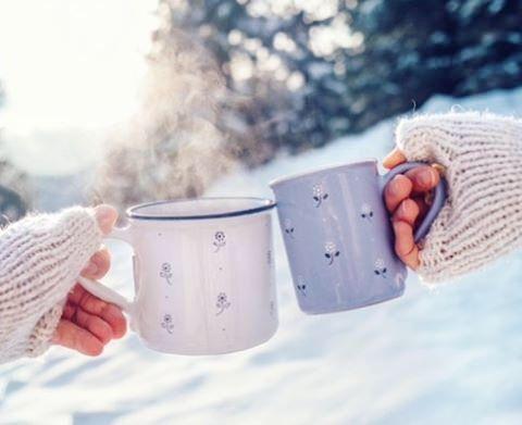 У нас валит снег .. настроение переключается зимне-рождественское, зажгли уже елку и делаем первые вылазки в зимний лес. С первым днём Зимы вас, Друзяки !!  #winter #wintermood #firstsnow #snowy #snowyforest #couple #christmas #punch #coffee #drink #tea #