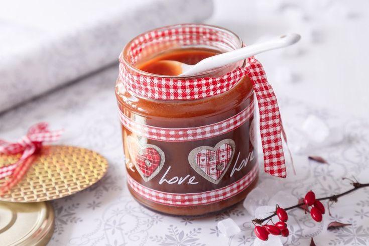 Domácí karamel v krásné skleničce může patřit k jedlým dárkům, které s minimálním úsilím a rychle na poslední chvíli vyrobíte.