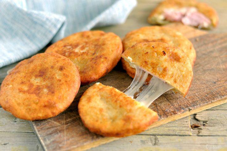 Le Pizzette di patate con prosciutto e formaggio sono un secondo piatto semplice e sfizioso. Perfetto finger food da mangiare tra amici o per cene sfiziose.