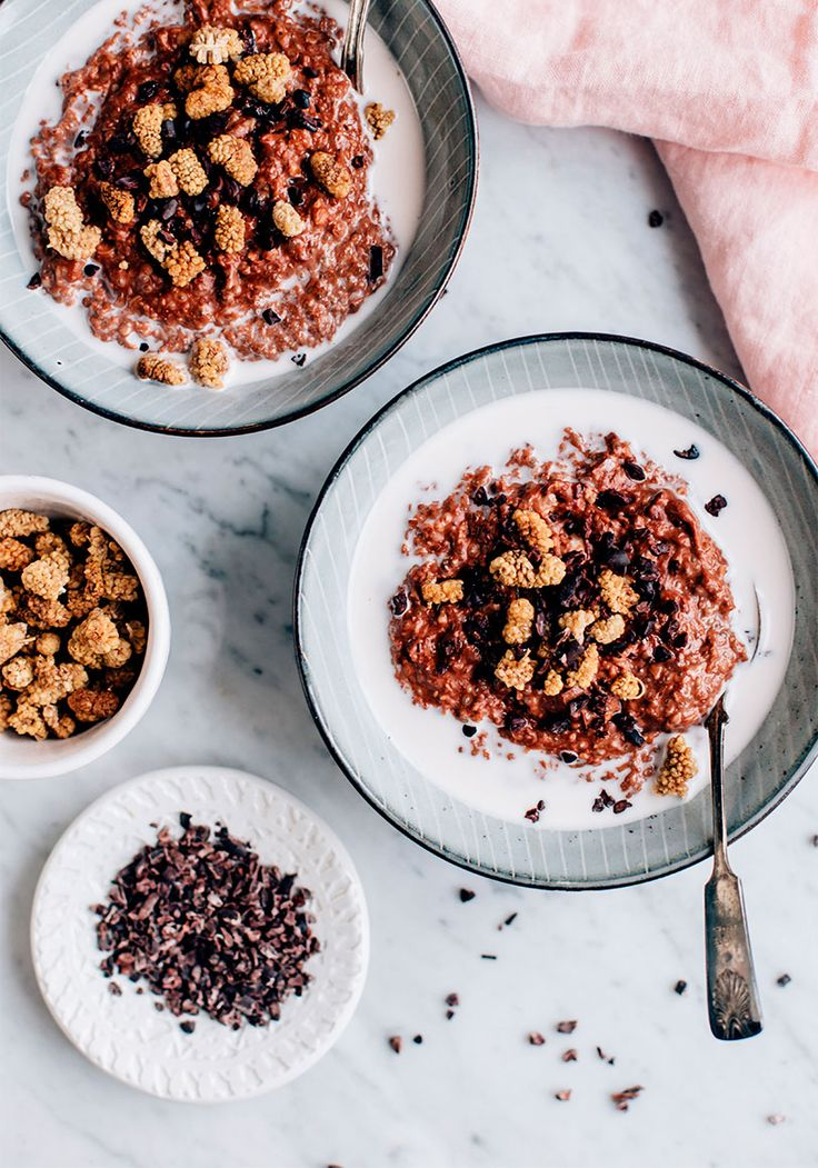 Chia-siemenet ja raakakaakaojauhe tekevät puurosta ravinteikkaan ja todella herkullisen, ja sitä voikin nauttia hyvillä mielin jo heti aamutuimaan!