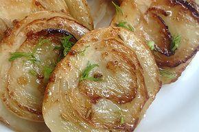I finocchi caramellati sono un contorno dolce e sfizioso, in grado di accompagnare anche secondi piatti importanti e impegnativi.
