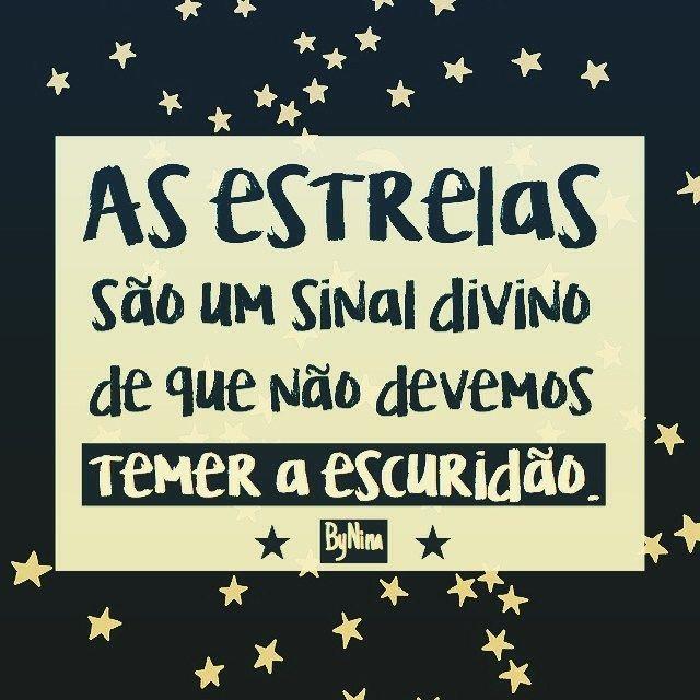 """""""As estrelas são um sinal divino de que não devemos temer a escuridão."""" ByNina #frases #pensamentos #noite #escuridão #estrelas #luz #inspiração #bynina #instabynina #boanoite"""