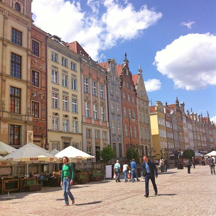 Kleurrijke huizen aan de hoofdstraat Duli Targ in Gdansk, Polen. Een tip voor een goedkope stedentrip!