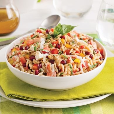 Crabe, feta, grenade… Voilà enfin une salade qui fait changement! En plus, avec son lot de couleurs vives, elle vole la vedette!