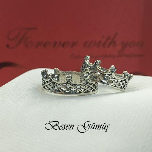 Kral Kraliçe Tacı Gümüş Alyans Fiyat : 109,00 TL 2 Adet Alyans Fiyatıdır.. SİPARİŞ için www.besengumus.com www.besensilver.com  İLETİŞİM için Whatsapp 0 544 6418977 Mağaza 0 262 3310170  Maden : 925 Ayar Gümüş Taş : Taşsız - Zirkon Taşlı Kaplama : Oksit  Besen Gümüş  #besen #gümüş #takı #aksesuar #kral #kraliçe #tacı #alyans #izmit #kocaeli #istanbul #besengumus #tasarım #moda #bayan #erkek