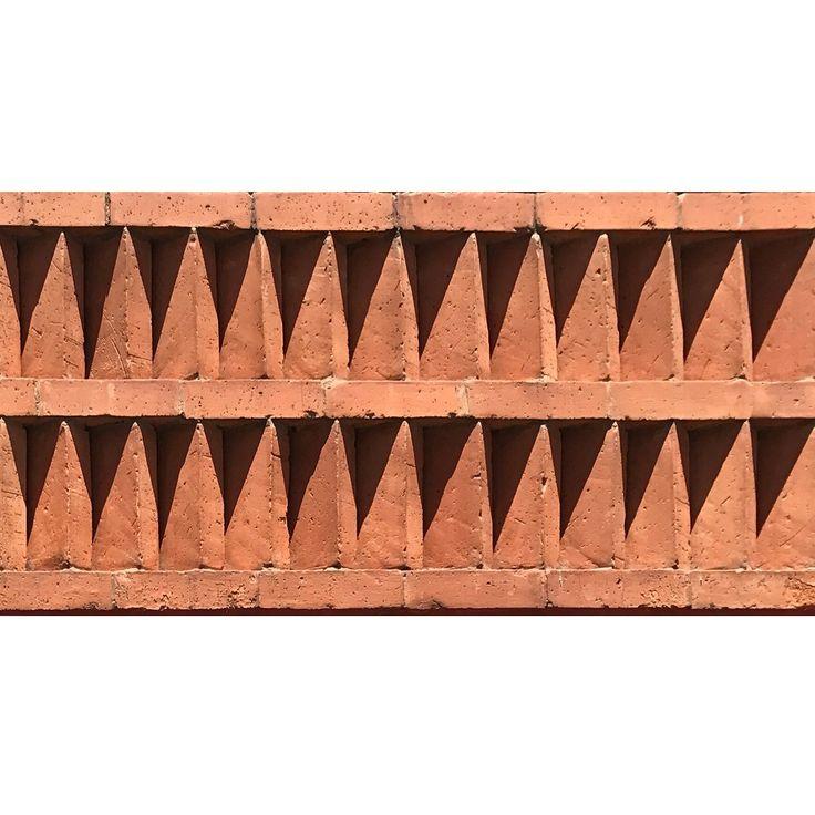 Muro Detalle arquitectónico inspirado en la escultura prehispánica encontrada en Teotihuacán del dios azteca de la muerte e inframundo Mictlantecuhtli.  #Celosia #Latticework #facade #fachada #brick #barro #lattice #tabique #ladrillo #brickwork #prehispanic #moderno #detalle #arquitectura #Diseno #design #architecture #pattern #modern #detail #prehispanico #geometrico #Aztec #diseño #sombras #movimento #asoleamiento  #movement #shadows