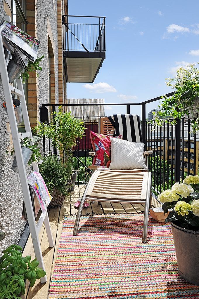 Ladders on a balcony. What a great home decoration idea for those grey and not so cool concrete walls!