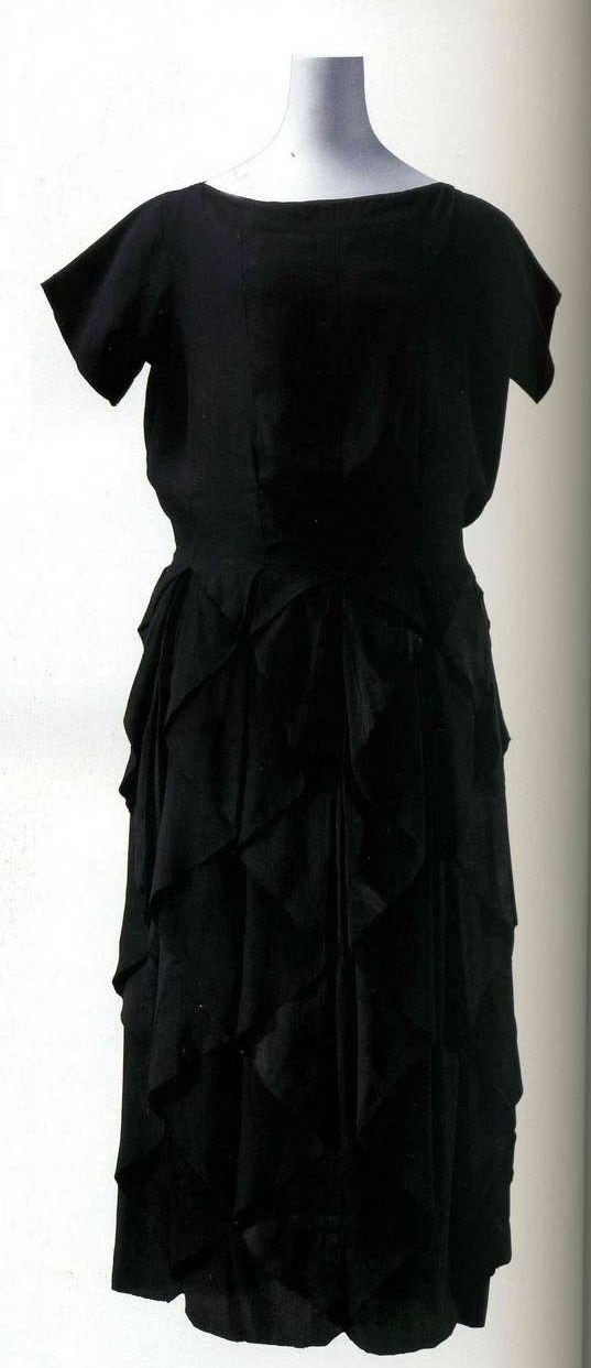 Платье. Мадлен Вионне, 1918-1919. Черный шелковый креп с атласной изнанкой, цельнокроеный верх, юбка из 20 частей.
