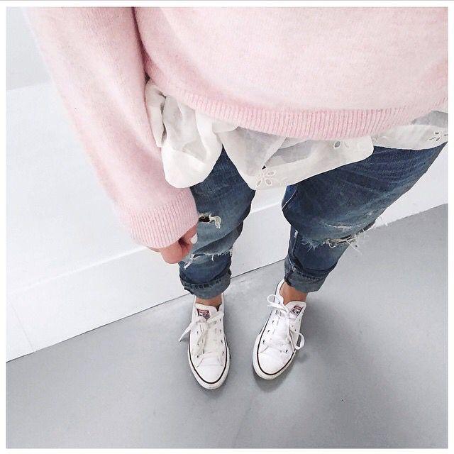 Trop belle la tenue. Rose pâle. Chemise. Jeans. Converse.