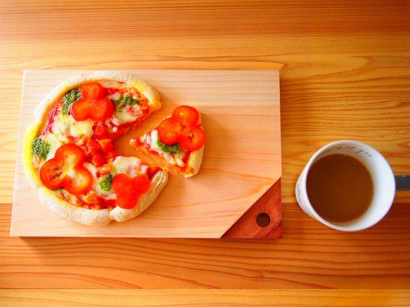 桧のカッティングボード まな板です。*自然のいろですので着色はしておりませんパンやチーズなどを盛り付けたり熱々のピザを焼かせて食卓にサーブしたり使い方いろいろ...|ハンドメイド、手作り、手仕事品の通販・販売・購入ならCreema。