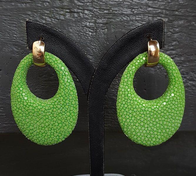 http://www.zilverenedelsteensieraden.nl/Roggenleer-Sieraden/Goud-vergulde-creolen-ovale-hanger-van-licht-groen-Roggenleer/flypage.pbv.v3.tpl.html