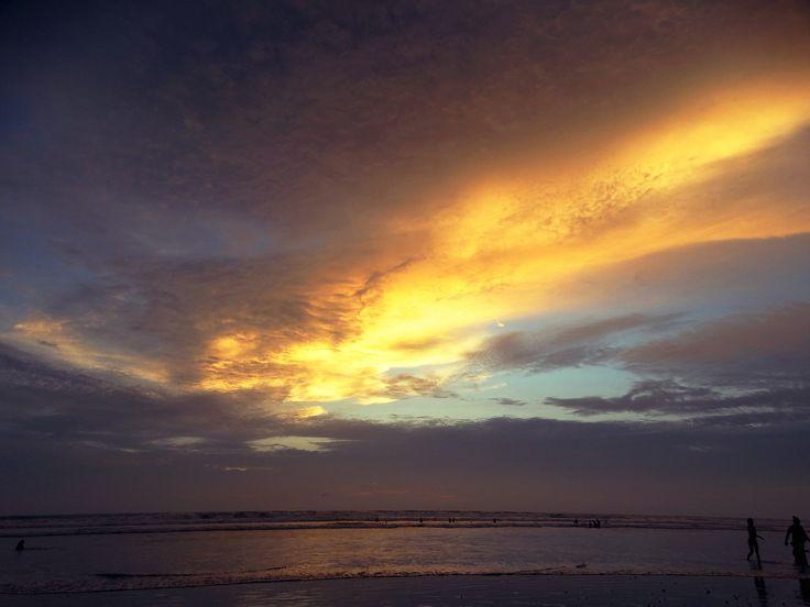 Atardecer en la playa. Turismo Ecuador. foto: Johnny Chunga