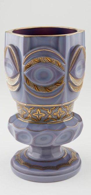 Titel: Fußbecher aus Agatinglas Entstehung / Datierung: Manufaktur: Gräfliche Buquoy´sche Glashütte, Silberberg, um 1835