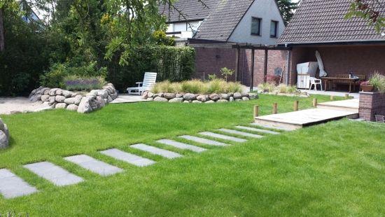 Der steg als bergang in den garten mit fortf hrung als trittplatten garden garten garten - Garten trittplatten ...