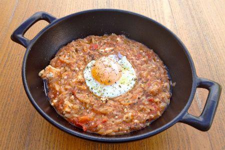 Γιουβετσάκι με ντομάτα, φέτα και τηγανητό αυγό.