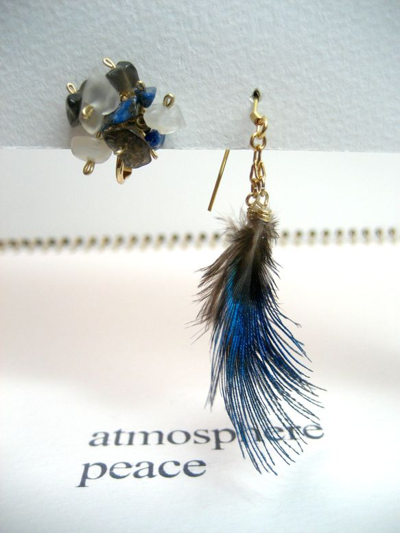 ブルーの孔雀の羽の色は、ムーンストーンとスモーキークォーツ、そしてラピスと驚くほどに近い色をしていました。同じ世界にある異なったものがかぎりなく近い色をしてい... ハンドメイド、手作り、手仕事品の通販・販売・購入ならCreema。