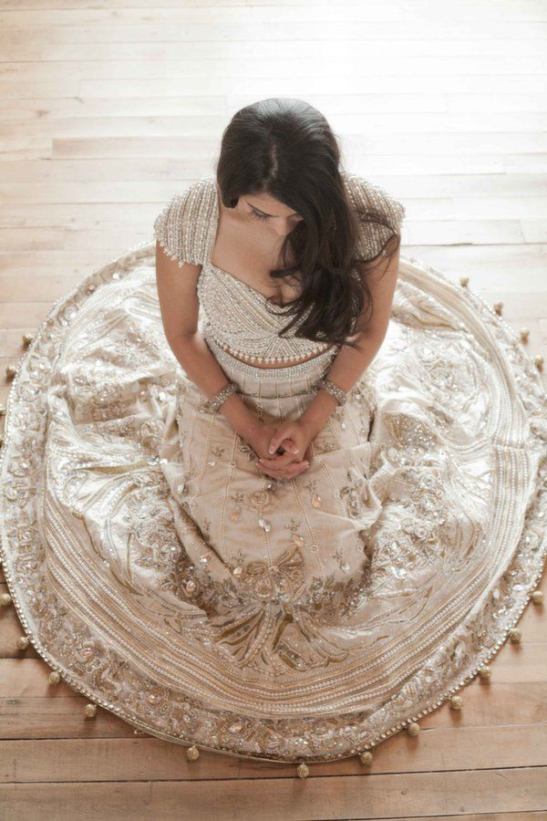 A simple white dress is not the only way to get married. Let's see what other brides in different countries wear.