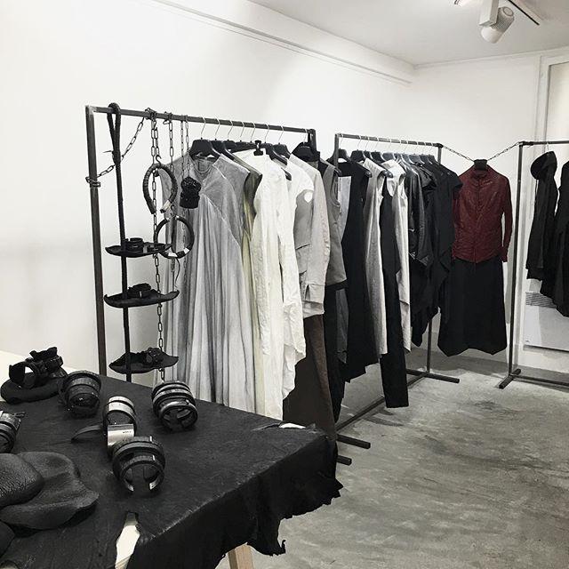 В январе будет вторая наша с ребятами @139dec неделя моды в Париже. Мероприятие очень занимательное, поучительное, самое главное, вдохновляющее. Только всех на разное. Посетив шоурумы коллег, видишь, как они строят свой бизнес, и понимаешь, что ты нифига не бизнесмен, а рак-отшельник, который хочет сидеть в своей раковине, общаться с парой-тройкой близких друзей, ходить на хорошее кино, выпивать вина в приятных местах, ездить иногда в тёплые благодатные земли, творить дома и иногда…