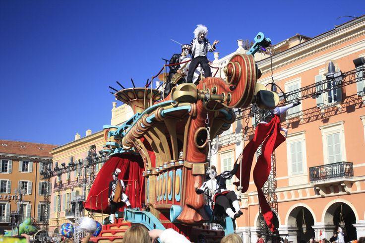 On ne présente plus le Carnaval de Nice, un des carnavals les plus réputés au monde. Mais le Carnaval de Nice c'est aussi des batailles de fleurs, une course à pied déguisée , l'incinération du roi...