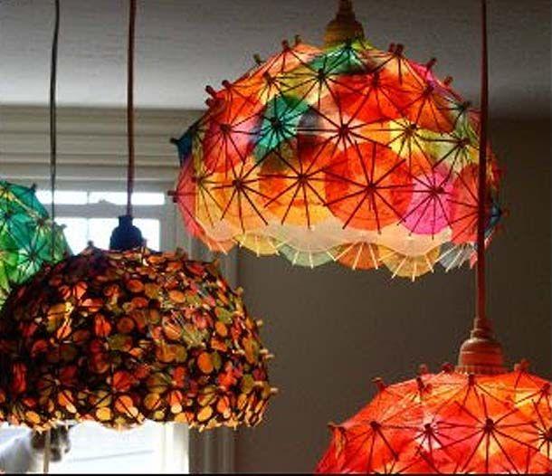 Luminária de guarda chuvinhas de drinques.