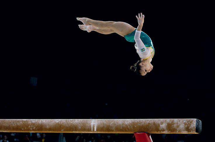 """""""Faço tudo normal, só que um pouco menos que as pessoas da minha idade fazem! - Flávia Saraiva, gigante de 1,33 metro de altura e 15 anos de idade. Ela ganhou duas medalhas de bronze nos Jogos Pan-Americanos de Toronto"""