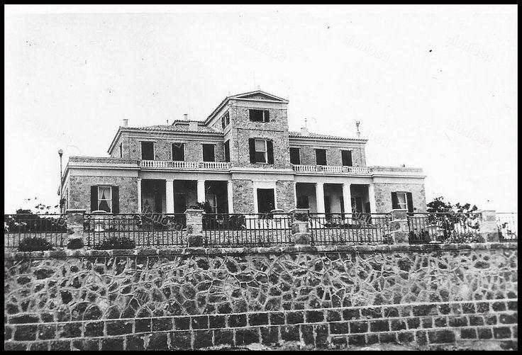 """Η έπαυλη Σκουλούδη στην Φρεαττύδα. Στη θέση της βρίσκεται το Νοσοκομείο Μεταξά. Πηγή: ΕΛΙΑ, Αρχείο Σκουλούδη. Από το βιβλίο της Σταματίνας Μαλικούτη """"Πειραιάς 1834 - 1912"""", Πολιτιστικό Ίδρυμα Ομίλου Πειραιώς."""