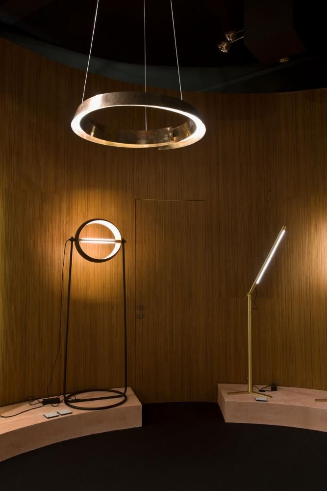 Swirl by Cesare Arosio | Laurameroni the lamp is made of a thin strip of metal in spiral form that generates an upward movement. This motion follows the curved line which is the source of a diffuse light, while the play of reflections on the metal surface creates a precious warm light, perfect for a pleasant and welcoming atmosphere.