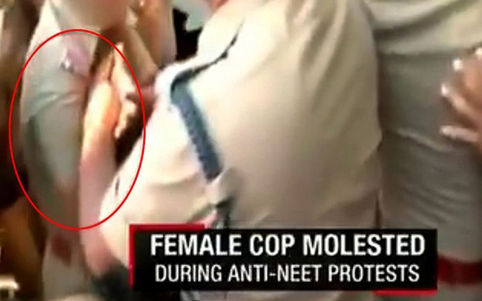 Video: CCTV rakam kelakuan jijik polis senior raba polis wanita   TAK tahu lah apa nak jadi pada negara Asia Selatan ini wanita dilayan seperti objek seks semata-mata tanpa mengira masa dan tempat!  Dalam sebuah rakaman video menjelikkan yang telah tular di Internet seorang lelaki dilihat mencabul berkali-kali seorang wanita yang sedang terperangkap di dalam lautan manusia yang sedang menghadiri sebuah protes di Tamil Nadu India.    Video: CCTV rakam kelakuan jijik polis senior raba polis…
