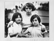 Portret van drie jonge meisjes bij een fiets, Amsterdam, 1956 by Ed van der Elsken