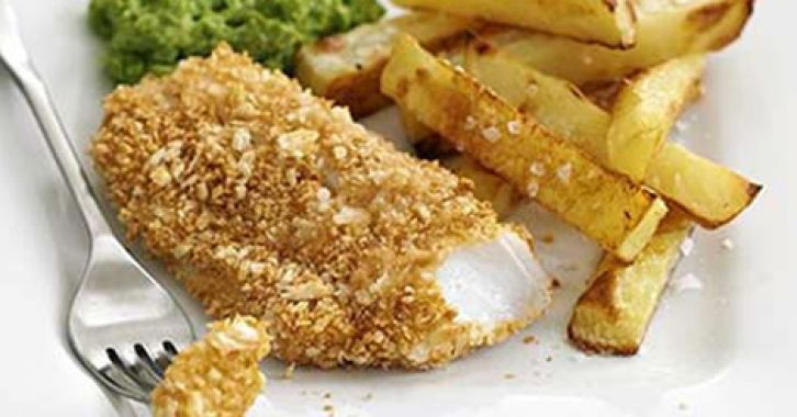 Τραγανό φιλέτο μπακαλιάρου με πατάτες τηγανητές φούρνου και πουρέ αρακά