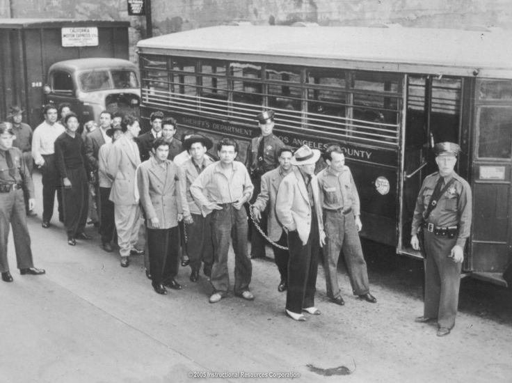 """En infames """"disturbios Zoot Suit"""" de Los Angeles de 1943, jóvenes chicanos en trajes zoot (o pachucos) fueron atacados por miles de marineros blancos que afirmaron su supremacía racial a golpes ."""