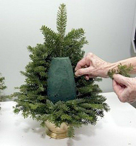 50+ tabletop, Christmas and decorative, trees crafts. How to make tabletop trees for kids and for adults. Making trees using pine cones, felt,beads, burlap, feathers, papers, etc. Many fun, easy ideas