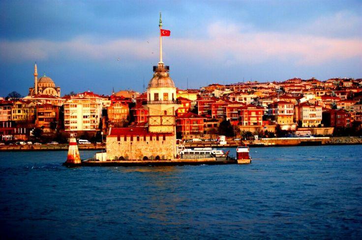 Kız Kulesi, hakkında çeşitli rivayetler anlatılan, efsanelere konu olan, İstanbul Boğazı'nın Marmara Denizi'ne yakın kısmında, Salacak açıklarında yer alan küçük adacık üzerinde inşa edilmiş yapıdır