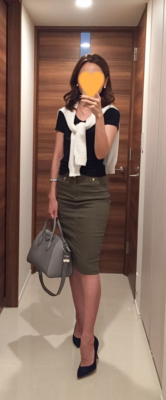 Black tee: GAP, White sweater: Rie Miller, Khaki pencil skirt: Dexieme Classe, Grey bag: GIVENCHY, Navy pumps: Pellico