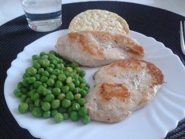 Petto di pollo in padella con salamoia bolognese e pisellini saltati
