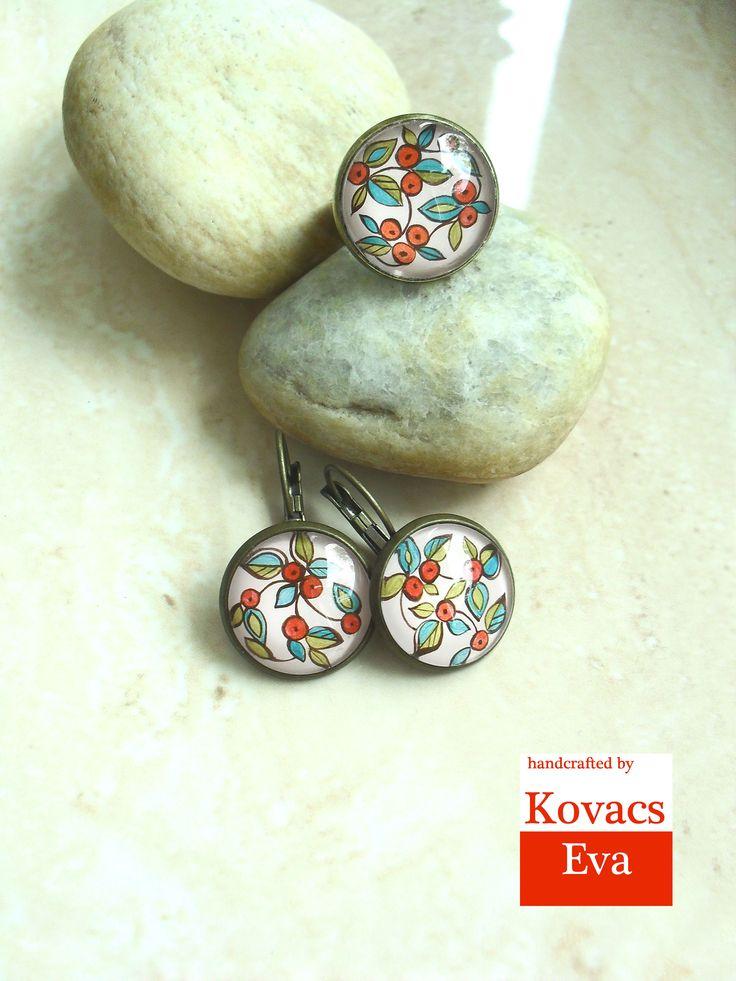 Kézzel festett őszi bogyós gyűrű és fülbevaló. Hand painted autumn berries ring and earrings.