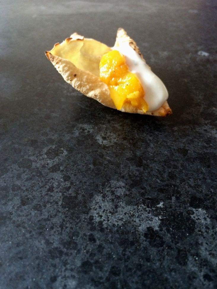 Poppadom con chutney de mango y salsa de yogur y menta - Poppadom dipped in mango chutney and mint-yoghurt dip
