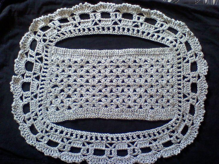 Chalequito circular en color gris con puntos de crochet en guisantes de dos varetas y puntilla de conchitas con picot El punto de guisant...